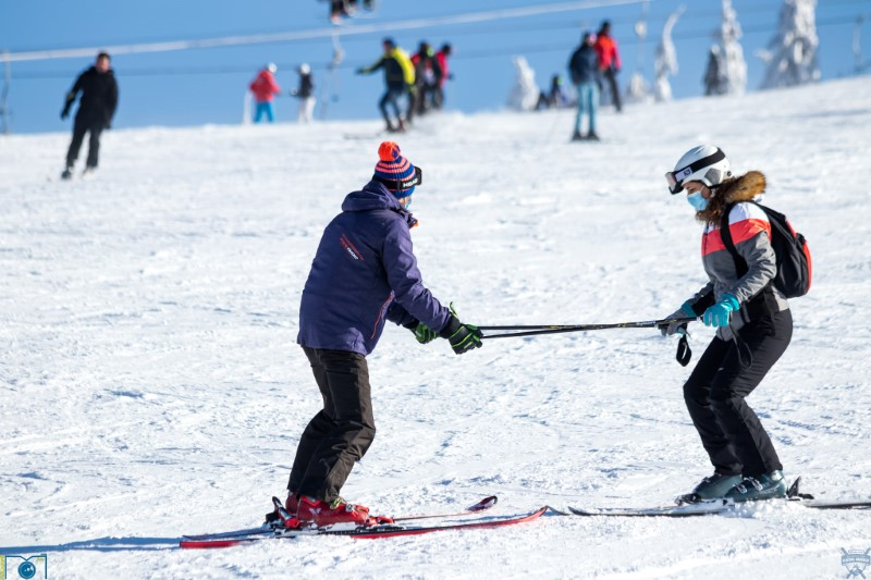 In Straja, /60 de copii hunedoreni sunt initiati in tainele schiului